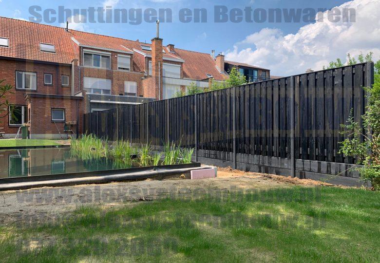 Schutting met 21 planks zwart gecoate tuinschermen en dubbele onderplaat