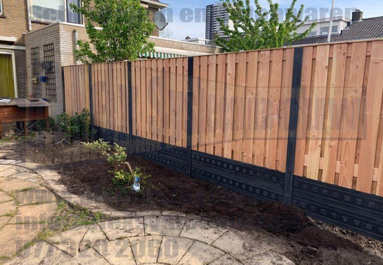 Schutting met 21 planks lariks/douglas tuinschermen en dubbele onderplaat (ca. 200cm hoog)