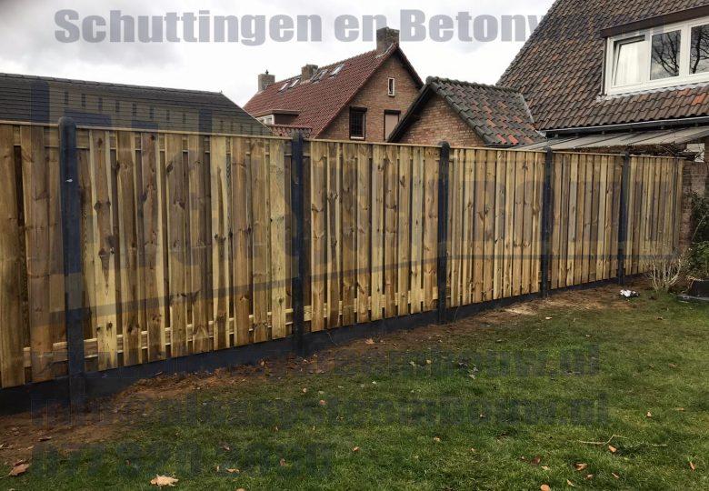 Schutting met 21 planks grenen tuinschermen en kegelkop betonpalen