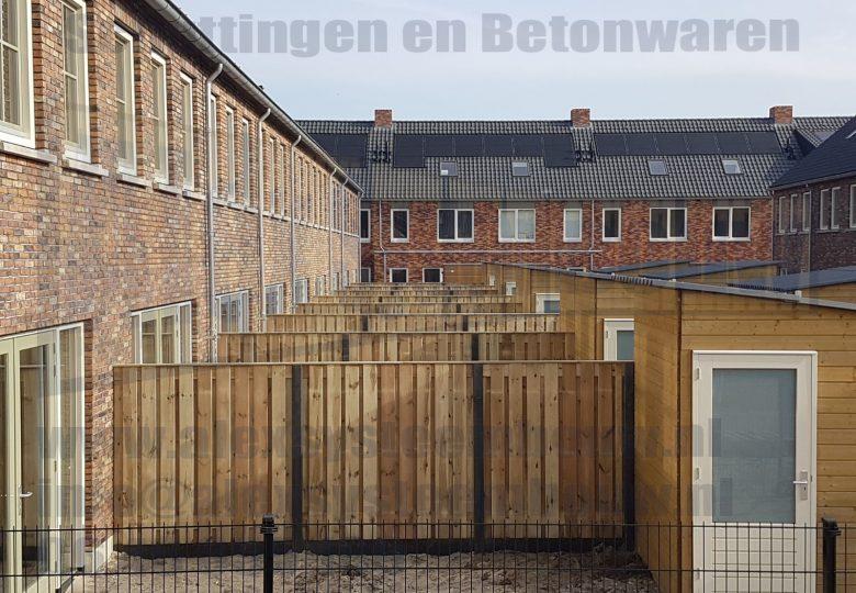 Schuttingen met 21 planks grenen tuinschermen in nieuwbouwwijk