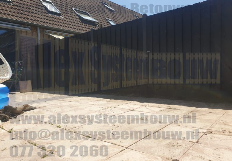 Schutting met 21 planks zwart gecoate tuinschermen