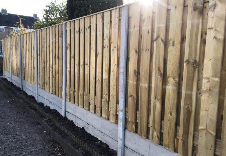 Schutting met 21 planks grenen tuinschermen dubbele onderplaat (ca. 220cm hoog)