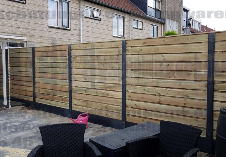 Schutting met 23 planks grenen tuinschermen horizontaal