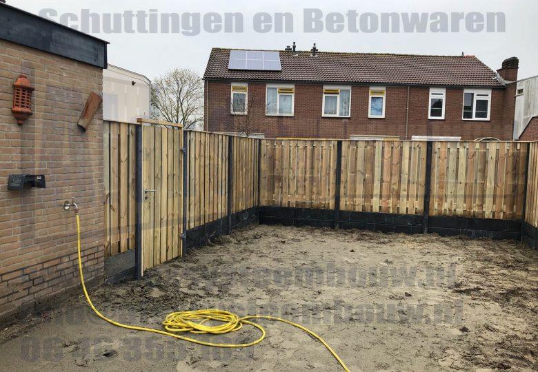 Schutting met 21 planks grenen tuinschermen dubbele onderplaat (ca. 210cm hoog)