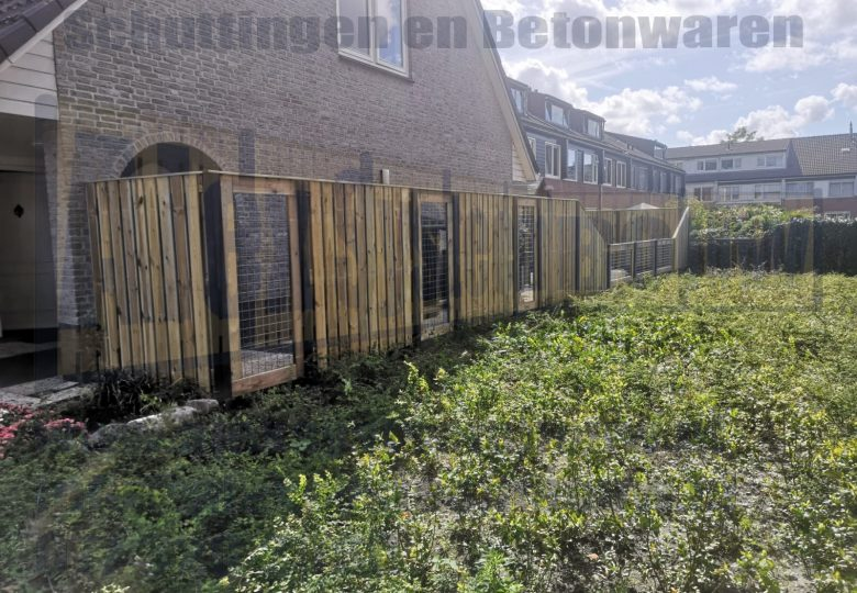 Schutting met 23 planks grenen tuinschermen incl. verlaging en gaasdelen van 90cm breed