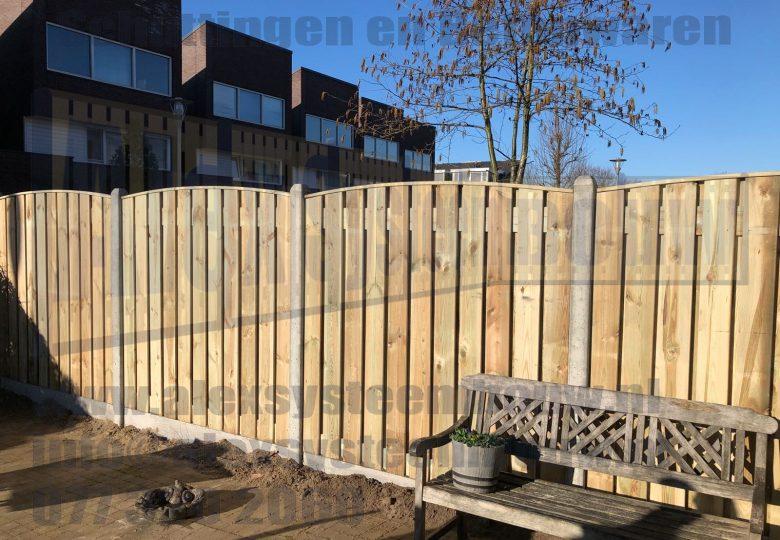 Schutting met 23 planks grenen tuinschermen getoogd