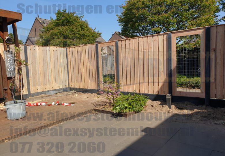 Schutting met 23 planks lariks/douglas tuinschermen met gaasdelen van 90cm breed