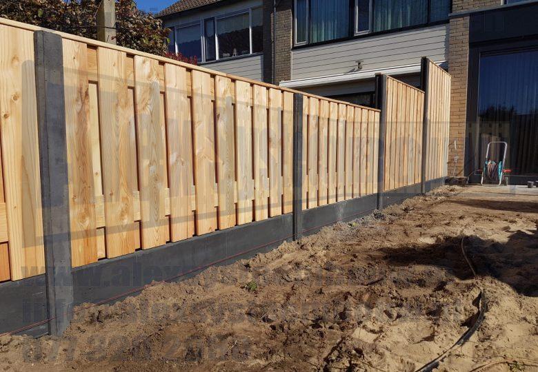 Schutting met verspringingen en 21 planks lariks/douglas tuinschermen