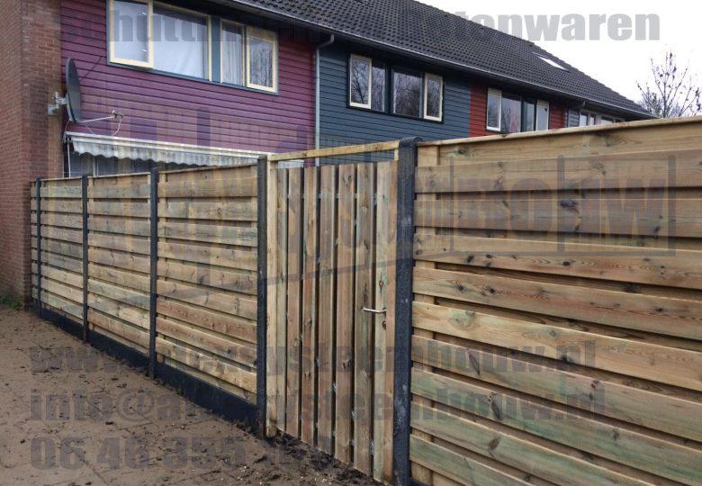 Schutting met 21 planks grenen tuinschermen horizontaal en een poort van 100cm breed