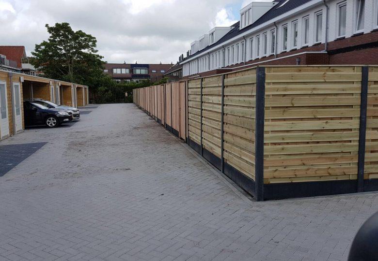 Schutting met 21 planks grenen en lariks/douglas tuinschermen horizontaal en verticaal (nieuwbouw)