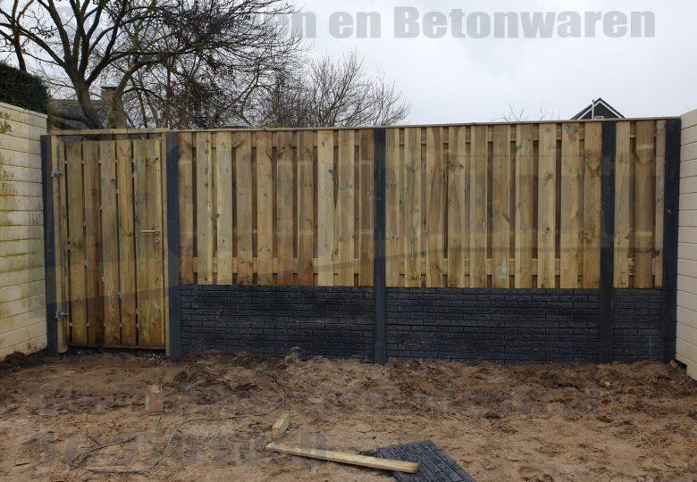 Schutting met 21 planks grenen tuinschermen, dubbele onderplaat steenmotief en enkele poort (100cm breed)