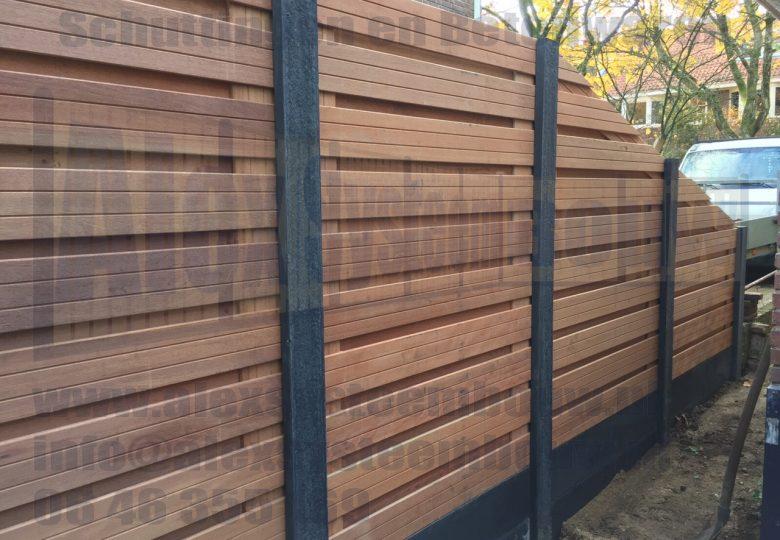 Schutting met 21 planks hardhouten tuinschermen horizontaal