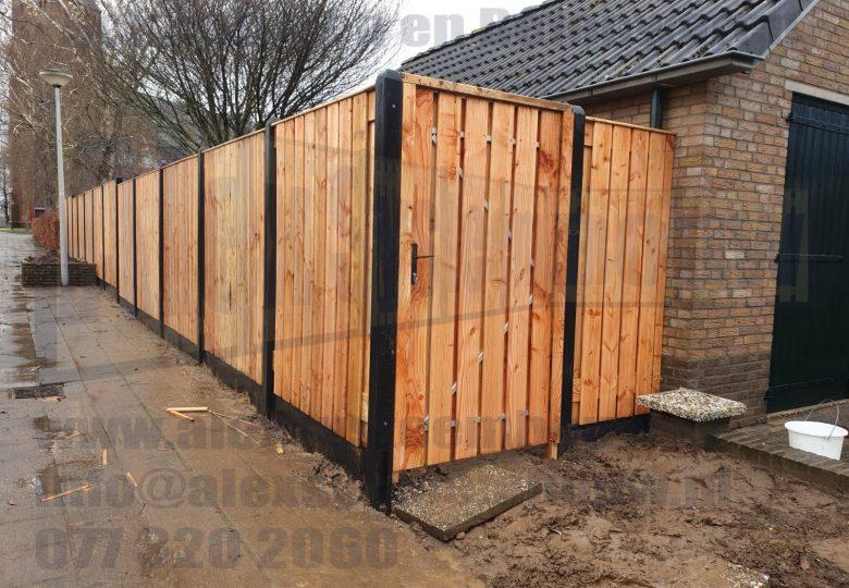 Schutting met 23 planks lariks/douglas tuinschermen, poort en verspringingen