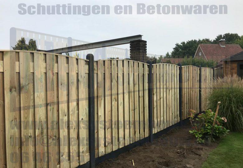 Schutting met 21 planks grenen tuinschermen getoogd