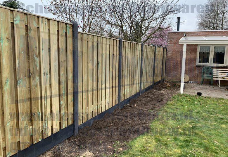 Schutting met verspringingen en 21 planks grenen tuinschermen