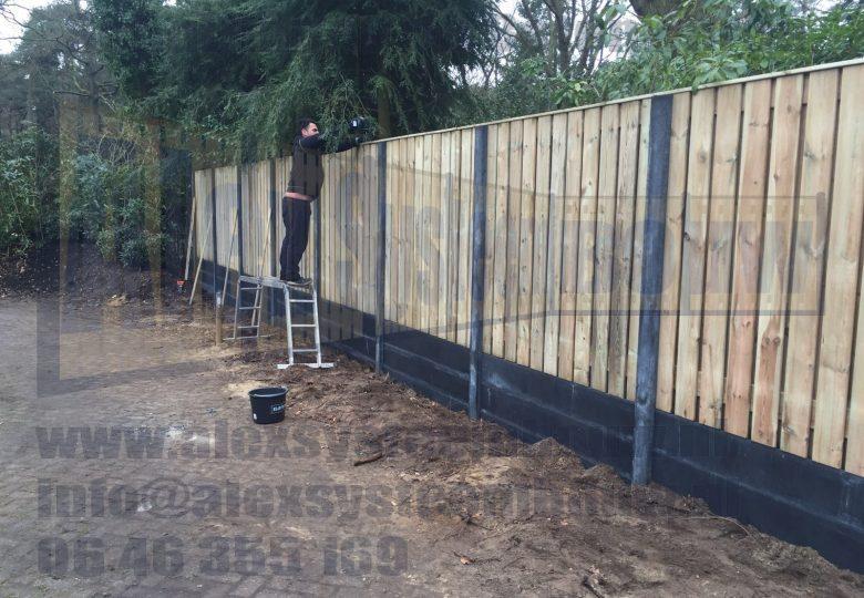 Schutting met 23 planks grenen tuinschermen en 3 dubbele onderplaat (ca. 250cm hoog)