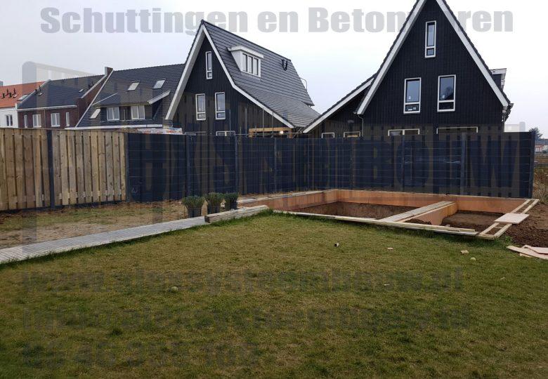 Volledige betonnen schutting met gladde platen gecombineerd met 21 planks grenen tuinschermen