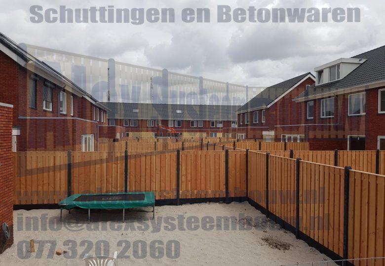 Schutting met 21 planks lariks/douglas tuinschermen in nieuwbouwwijk