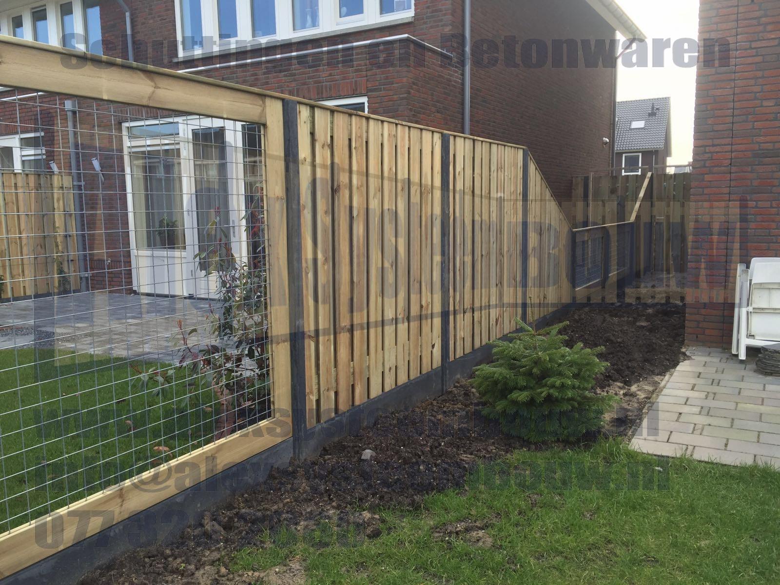 Schutting met 21 planks tuinschermen met afloop en gaasdelen