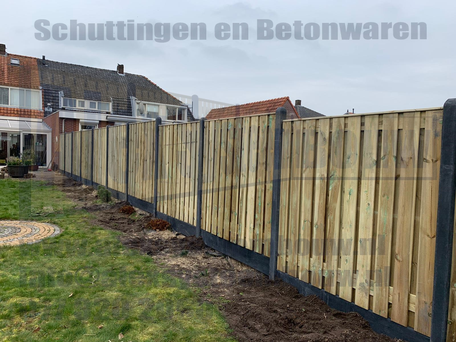 schutting-verspringing-21-planks-hout-beton-kegel-kop