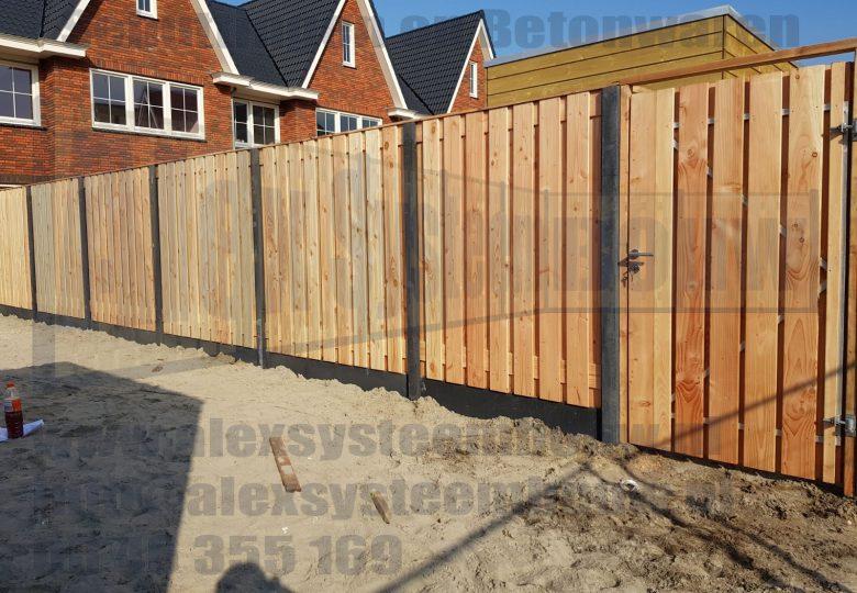 Schutting met 21 planks lariks/douglas tuinschermen en poort