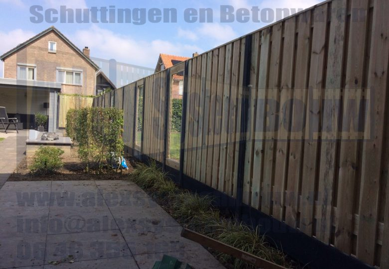 Schutting met 21 planks grenen tuinschermen met gaasdelen van 90cm breed