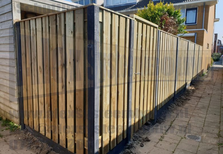 Schutting met 21 planks grenen tuinschermen en enkele poort van 100cm breed