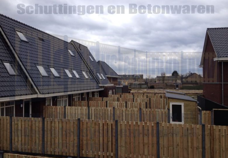Schuttingen met 19 planks grenen tuinschermen in nieuwbouwwijk