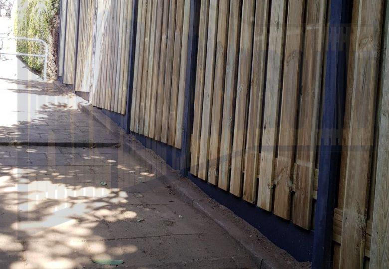 Schutting met 21 planks grenen tuinschermen met verspringingen
