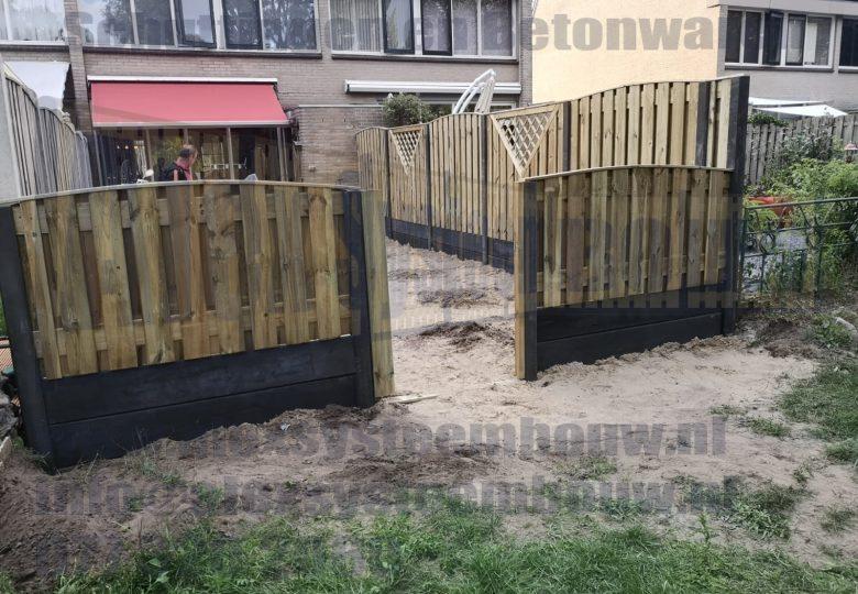 Schutting met 21 planks grenen tuinschermen getoogd, verlaagd , V-trellis en dubbele onderplaten