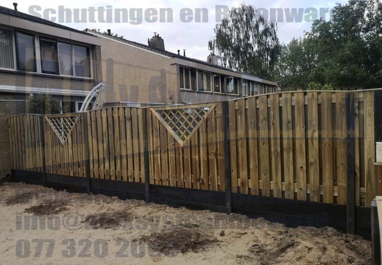 Schutting met 21 planks grenen tuinschermen getoogd, V-trellis en dubbele onderplaten