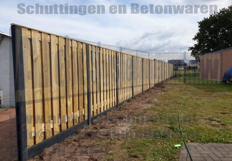 Schutting met verspringingen en 19 planks grenen tuinschermen