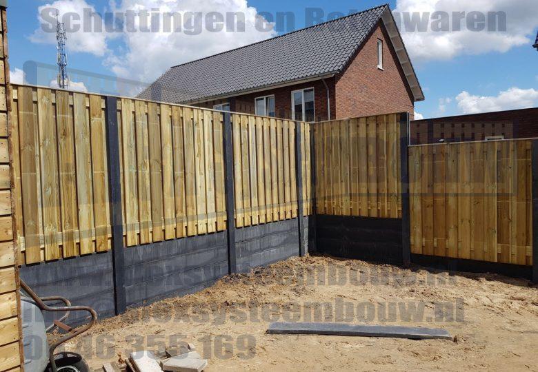 Schutting met 21 planks grenen tuinschermen en 4 dubbele onderplaat (gedeeltelijk ca. 275cm hoog)