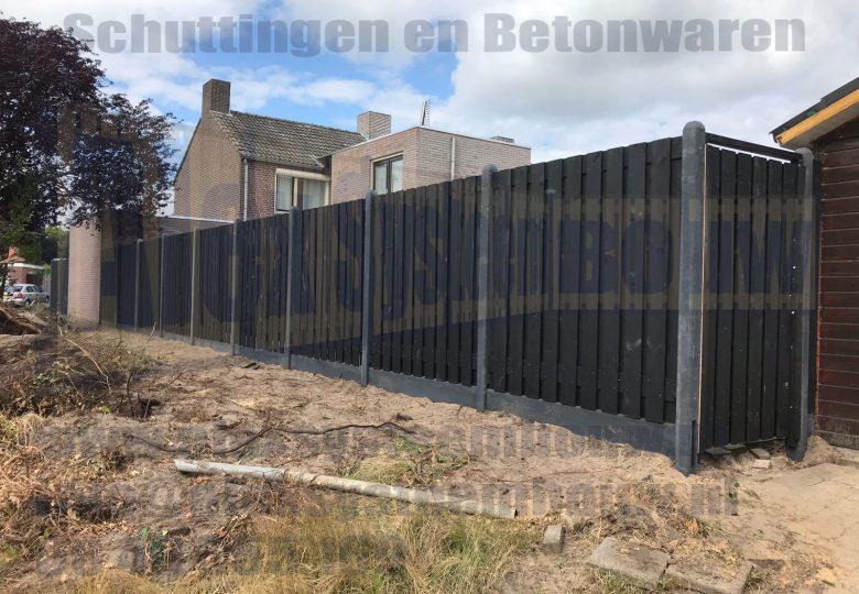 Schutting met 21 planks zwart gecoate tuinschermen en enkele poort 100cm breed