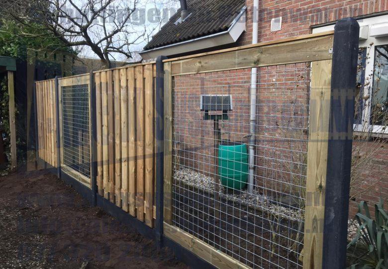 Hout beton schutting met 19 planks grenen tuinschermen en gaasdelen van 180cm breed
