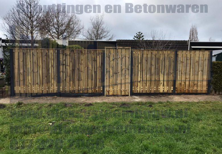 Een standaard schutting met 21 planks grenen tuinschermen + poort