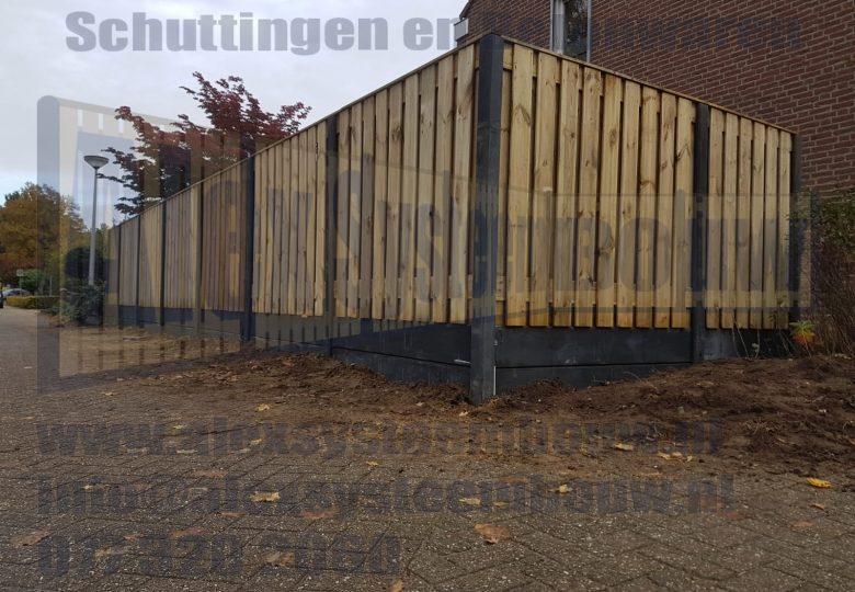 Schutting met 21 planks grenen tuinschermen en dubbele onderplaat voor een hoogte van ca. 220cm