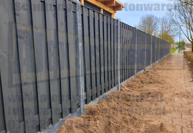 Schutting met 19 planks zwart gecoate tuinschermen