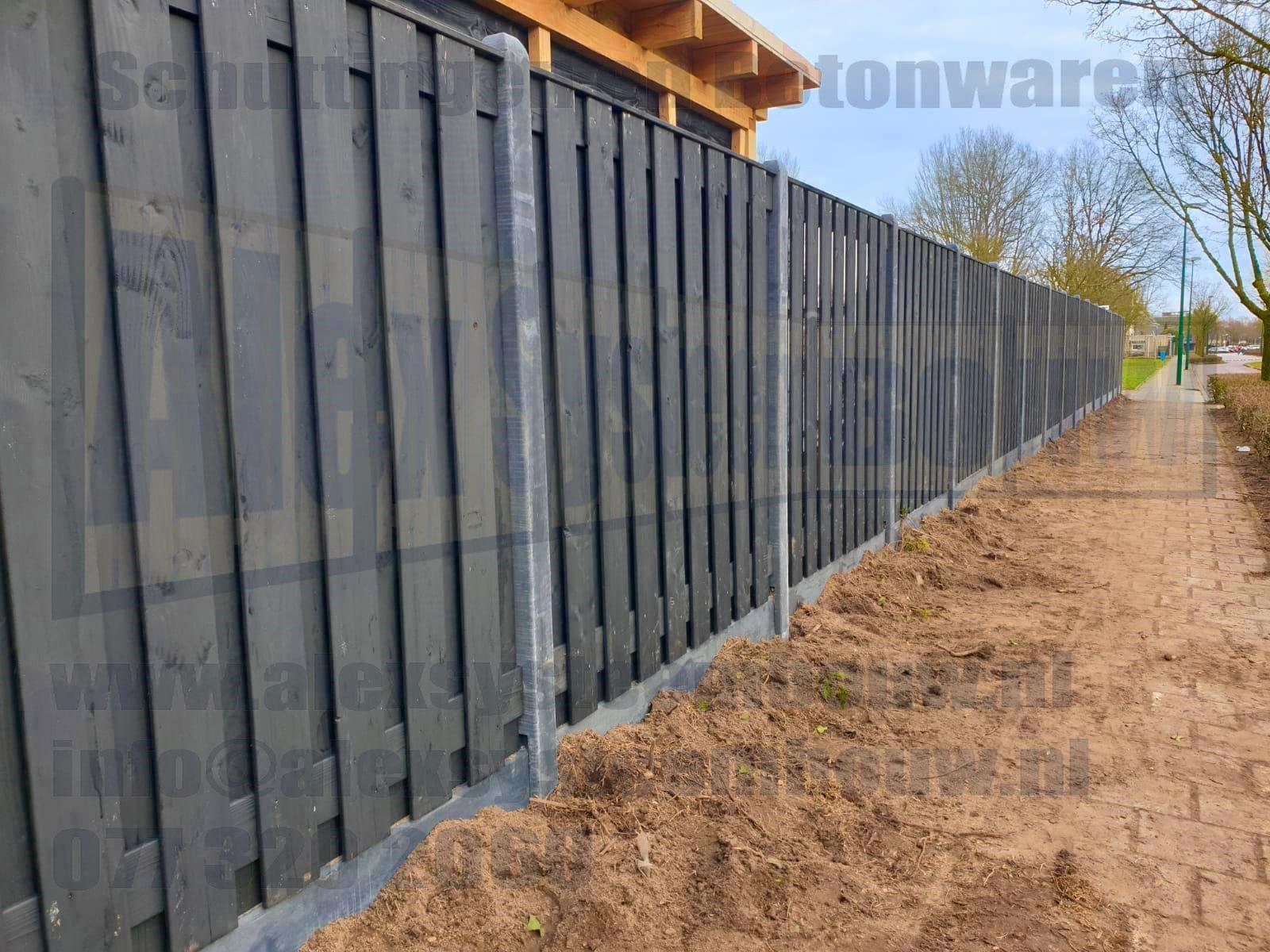 zwart gecoat hout schutting met kegel kop hout beton