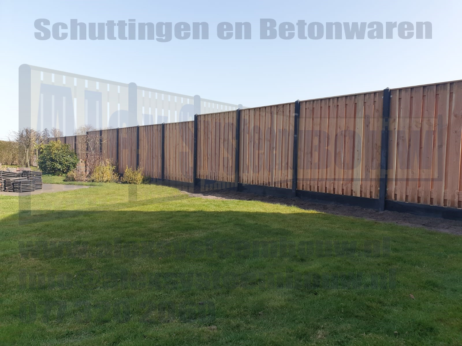 Een schutting voorzien van 21 planks lariks/douglas tuinschermen waarvan de betonpalen zijn voorzien van een piramide kop I.V.M. de afloopt zijn er 2 verspringingen gemaakt.