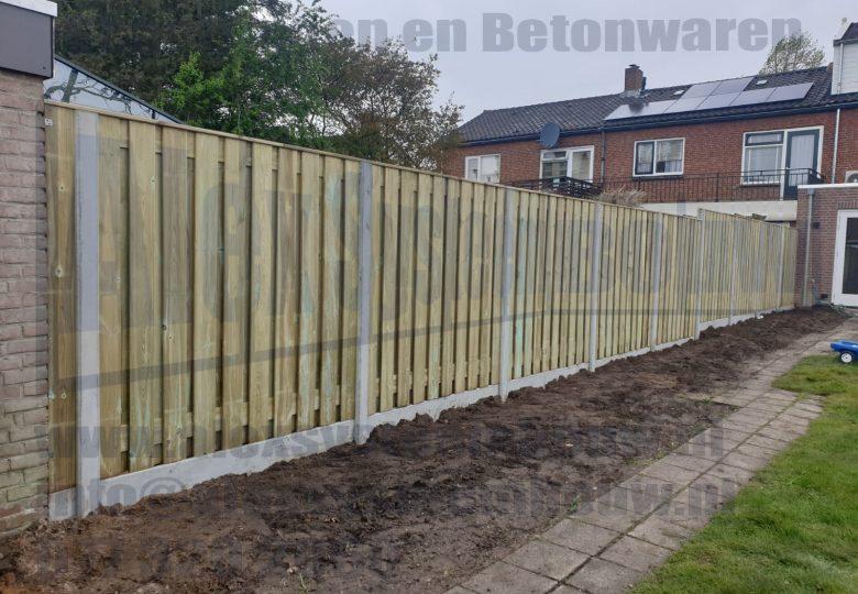 Erf afscheiding voorzien van 21 planks grenen tuinschermen met grijze betonpalen en onderplaten