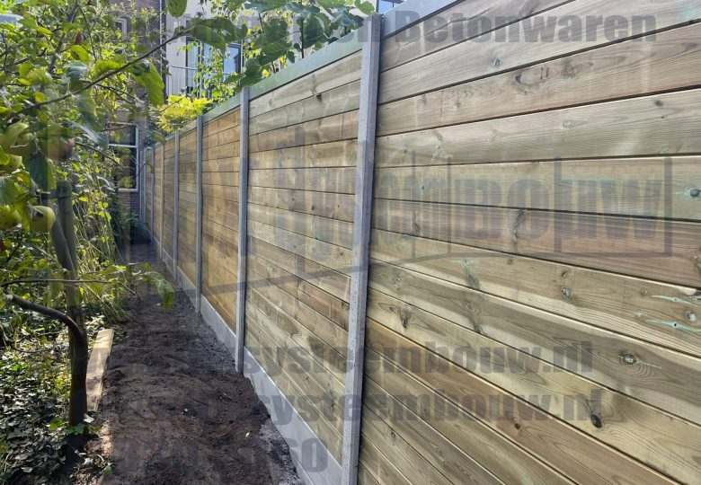 Grenen blokhutprofiel met grijze beton elementen en IJzeren U-profiel afdekkap (blank)